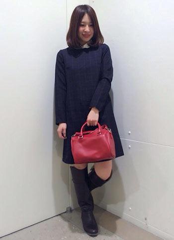 紺ワンピース+ピンク色ハンドバッグの大人可愛いコーデ【10代】