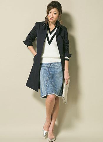 黒ステンカラーコート+デニムスカートのシックカジュアルコーデ