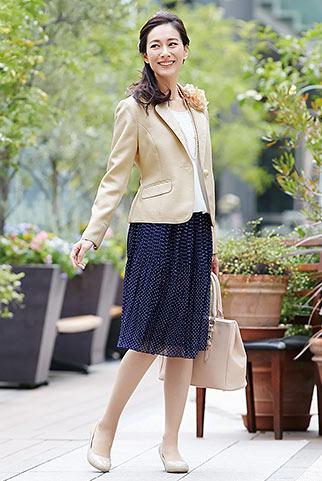 ベージュジャケット+紺ドット柄プリーツスカートの卒園式コーデ