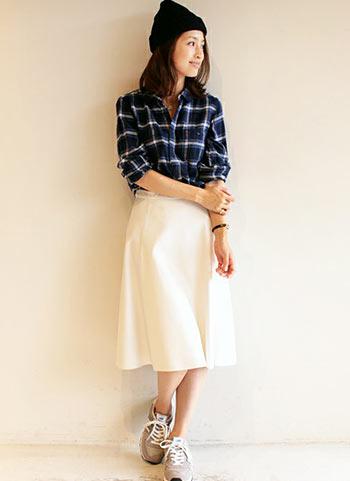 ネルチェックシャツ+白スカートのレディなアメカジコーデ