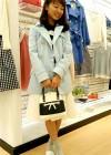 青ショートトレンチコート+白スカートの春ガーリーコーデ