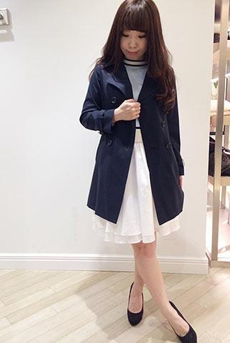 紺トレンチコート+ブルーニット+白フレアスカートの清楚コーデ