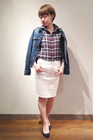 デニムジャケット+チェックシャツ+白スカートの春コーデ
