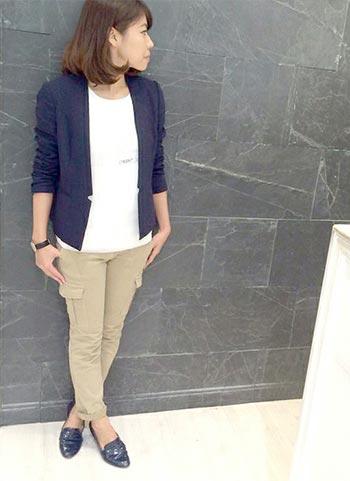 紺ノーカラージャケット+ベージュカーゴパンツのコーデ