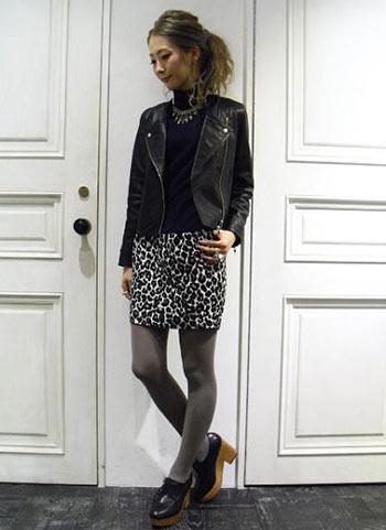 黒レザージャケット+レオパード柄スカートのコーディネート