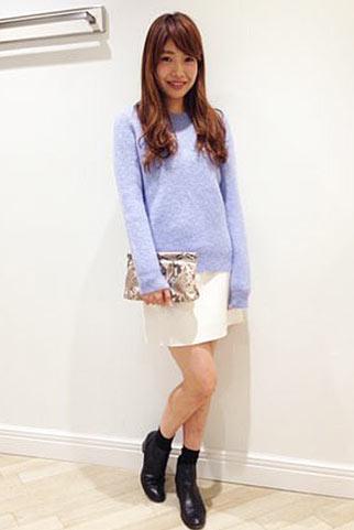 青モヘアニット+白スカートの春コーデ