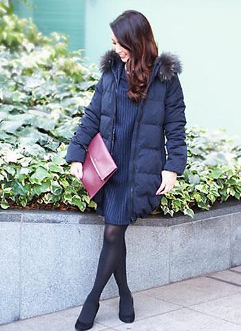 紺ダウンコート+紺ワンピ+黒タイツの上品コーデ【30代】