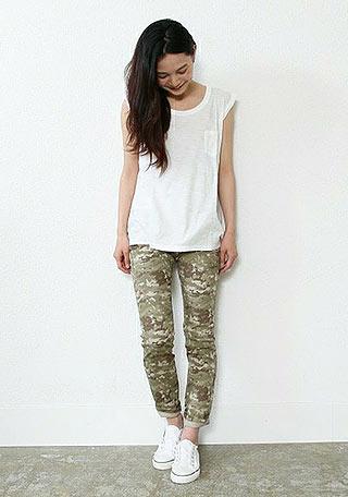 白Tシャツ+カモフラパンツ+白スニーカーの夏コーデ