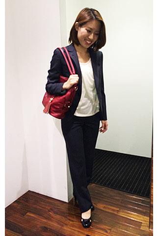 ネイビーパンツスーツ+赤バッグの通勤スタイル