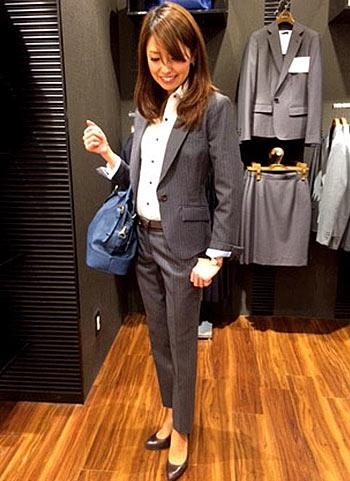 グレーパンツスーツ(九分丈)のビジネスコーディネート