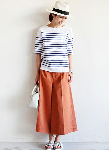オレンジ色ワイドパンツ+マリンTシャツの春夏マリンコーデ