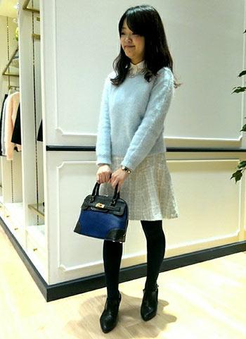 ブルーセーター+グレーツイードスカートのコーデ