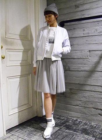 白MA-1+グレーチュールスカートのガーリーカジュアルコーデ