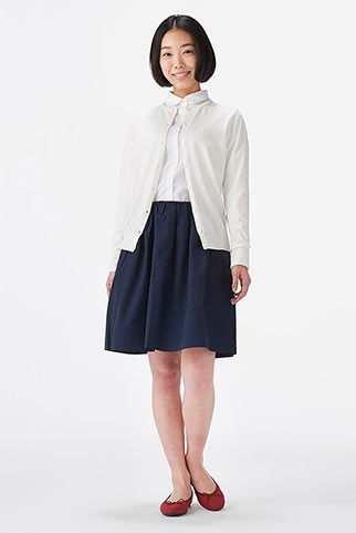白シャツ+紺ギャザースカートのコーデ