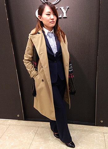 ロングトレンチコート+紺パンツスーツの通勤スタイル
