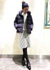 紺ショートダウンジャケット+白ストライプペンシルスカートのコーデ