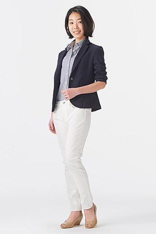 紺ジャケットと白パンツストライプシャツのコーデレディース 花子