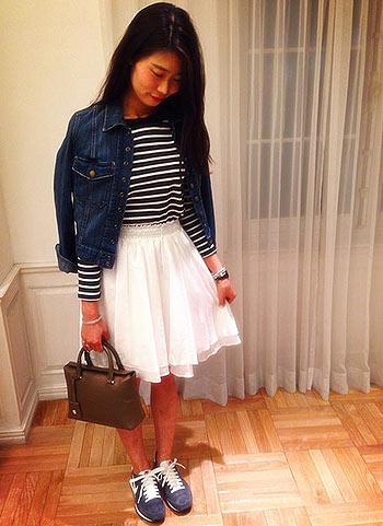 デニムジャケット+白フレアスカート+紺スニーカーのコーデ