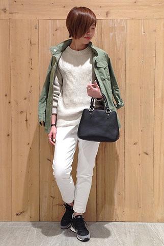 M65ジャケット+白ニット+白パンツの春コーデ