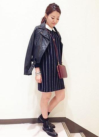 襟付き紺ワンピース+黒レザージャケットの肩掛けコーデ