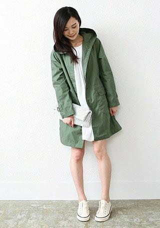 緑スプリングコート(フード)+白ワンピの春コーデ