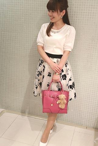 白の半袖ニット+花柄スカート(モノトーン)のコーディネート