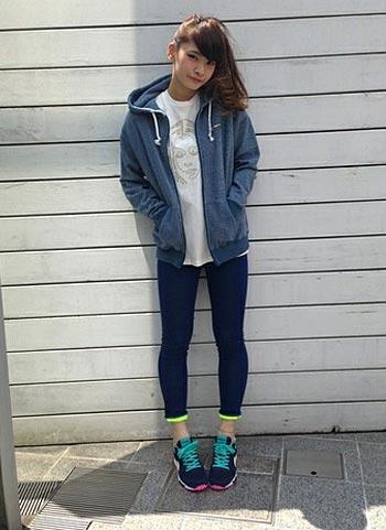 青パーカー+スキニーパンツ+スニーカーのスポーティコーデ