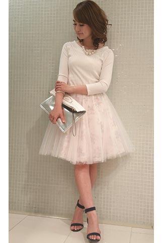 白ニット+白チュールスカート(花柄)のコーデ