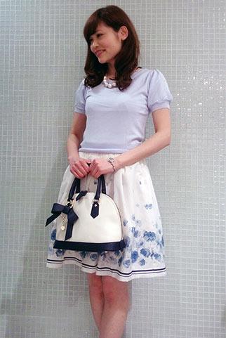 薄いブルーニット+花柄スカートのコーディネート