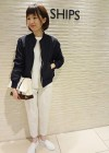 紺MA-1+白ニット+白スニーカーのコーデ