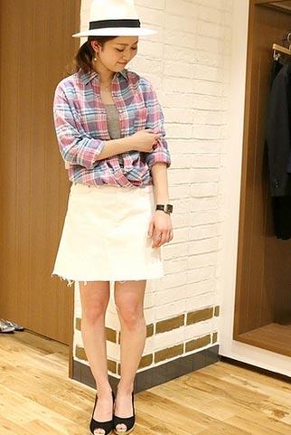 ピンク色チェックシャツ+白デニムスカートの春夏コーデ