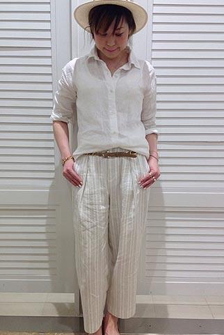 白リネンシャツ×バギーパンツ(白ストライプ)のコーデ