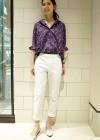 小花プリントシャツ+白パンツのコーディネート(レディース)