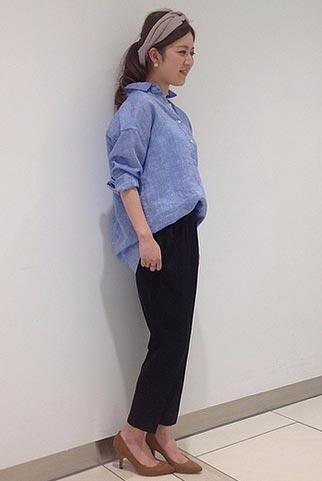 青リネンシャツ+ネイビーパンツのコーデ