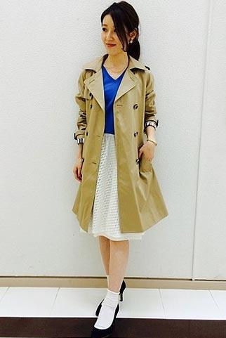 ベージュトレンチコート+青ニット+白レーススカートのコーデ