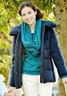 紺ダウンジャケット+白パンツのキレイめカジュアルコーデ