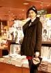 モコモコの黒コート+赤スカートのガーリーカジュアルコーデ