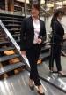 ブラックパンツスーツ+ピンクシャツのコーデ