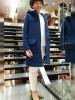 青ダッフルコート+白パンツの大人カジュアルコーデ