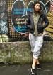 黒レザージャケット+スウェットパンツのストリートカジュアルコーデ